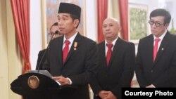 Presiden Jokowi mengeluarkan Perppu baru yang disertai pemberatan hukuman, antara lain kebiri dan pemasangan alat deteksi elektronik, Rabu siang 25/5 (courtesy: Biro Setpres RI).