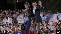 سهرۆک ئۆباما و میشێلی هاوسهری له میانهی بانگهشهیهکی ههڵبژاردندا له زانکۆی کۆڵۆمبهس له سـتانی ئۆهایۆ، یهکشهممه 17 ی دهی 2010