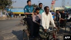 ڈھاکہ میں پولیس مظاہرے میں شریک ایک شخص کو پکڑ کر لے جارہی ہے