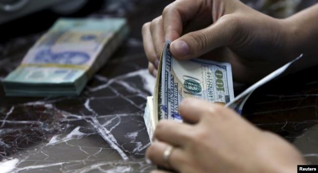 Ở Việt Nam, đổi ngoại tệ diễn ra phổ biến ở các tiệm vàng hơn là các ngân hàng