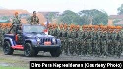 Presiden Joko Widodo memeriksa pasukan prajurit Komando Pasukan Khas TNI Angkatan Udara di Jakarta tanggal 10 November 2016 (foto: Biro Pers Kepresidenan)