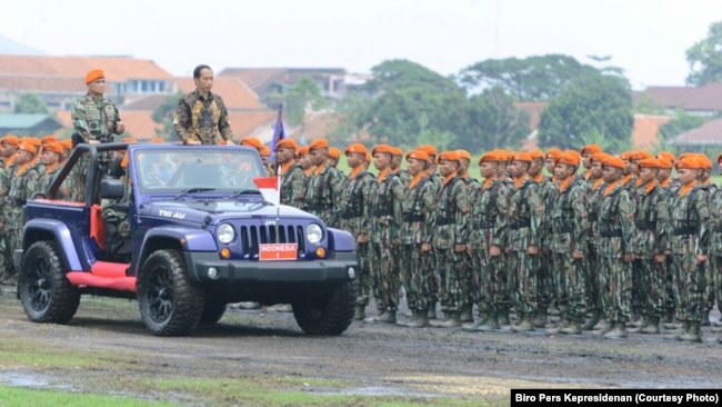 Presiden Joko Widodo memeriksa pasukan anggota Komando Pasukan Khusus (Kopasus) TNI Angkatan Darat di markas Kopasus Jakarta November 2016 (foto dok: Biro Pers Kepresidenan)