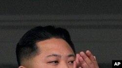 군사행진을 참관하는 김정은 (자료사진)