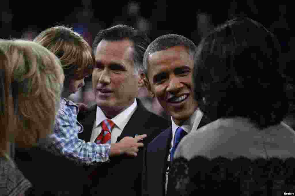 ປະທານາທິບໍດີ Barack Obama ກັບຄູ່ແຂ່ງ ທ່ານ Mitt Romney ທັກທາຍສະມາຊິກຄອບຄົວ ຂອງກັນແລະກັນ ຫລັງຈາກການໂຕ້ວາທີ ຄັ້ງສຸດທ້າຍຂອງພວກທ່ານ ທີ່ເມືອງ Boca Raton, ລັດຟລໍຣິດາ, ວັນທີ 22 ຕຸລາ 2012.