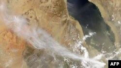 Bức ảnh do NASA chụp cho thấy luồng khói cuộn lên từ núi lửa Nabro ở Eritrea