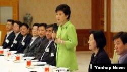 박근혜 한국 대통령이 10일 청와대에서 열린 언론사 논설실장 및 해설위원실장 초청 오찬 간담회에서 인사말을 하고 있다.