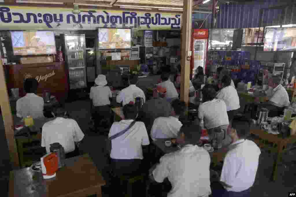 អតិថិជននៅហាងកាហ្វេមួយនៅក្រុងរ៉ង់ហ្គូន (Yangon) កំពុងទស្សនាការផ្សាយផ្ទាល់តាមទូរទស្សន៍នូវការថ្លែងសុន្ទរកថាជាលើកដំបូងរបស់ប្រធានាធិបតីមីយ៉ាន់ម៉ាឬភូមានៅវិមានសភាជាតិក្នុងអំឡុងពេលនៃការស្បថចូលកាន់តំណែងរបស់លោក។