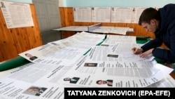 Наблюдатель подписывает итоговый протокол на избирательном участке. 31 марта 2019 г.