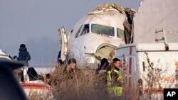 哈薩克客機墜毀調查人員在現場展開救援工作。