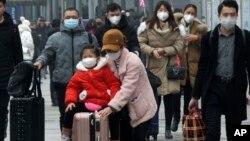 2020年1月21日戴着口罩的旅客离开湖北省宜昌火车站。