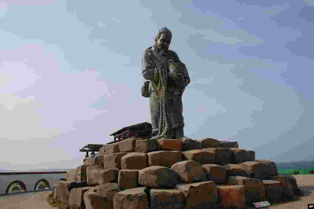 澎湖跨海大桥附近的老渔翁雕像,象征着勤劳善良的澎湖人民和古朴民风