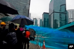 香港警察向抗议者发射带有蓝色染剂的水炮。(2019年8月31日)
