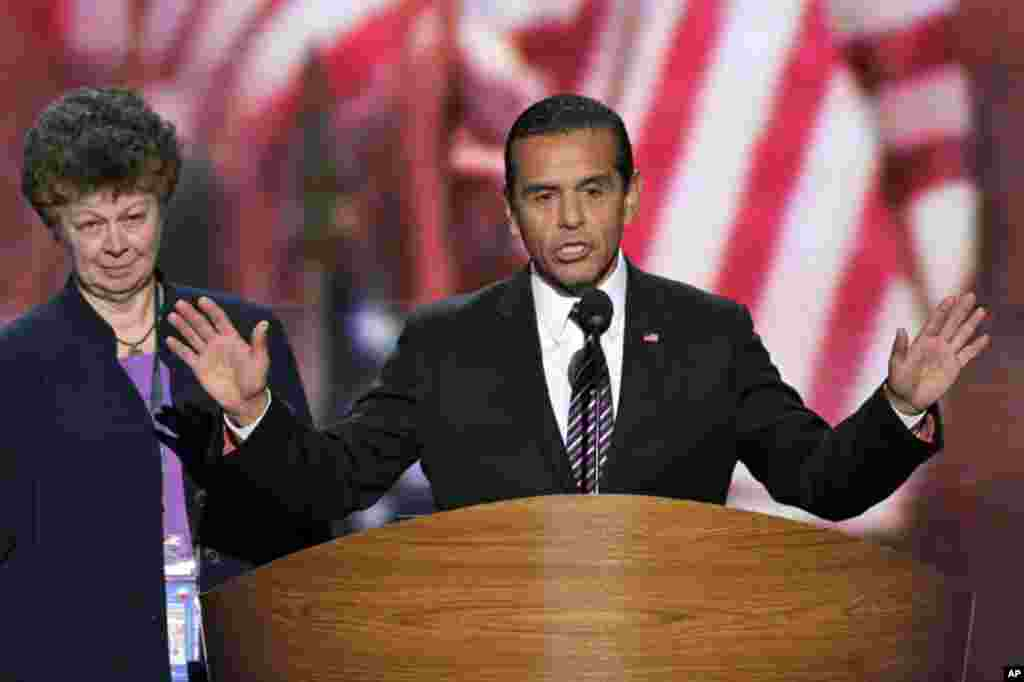 Le maire de Los Angeles, Antonio Villaraigosa, président de la Convention 2012 du Parti démocrate, appelant à l'amendement de la plateforme du parti à Charlotte (AP Photo/J. Scott Applewhite)
