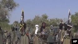 Le leader de Boko Haram, au centre, a publié une nouvelle vidéo dimanche 2 février 2015 dans laquelle il se moque de la force de coalition régionale qui a lancée une offensive contre les djihadistes