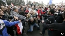 Cтолкновения между сторонниками и противниками президента Мохаммеда Мурси. Каир, Египет. 5 декабря 2012 года