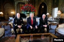 川普总统在他位于佛罗里达州的度假庄园马阿拉歌宣布现役陆军中将H.R.麦克马斯特(H.R. McMaster,左)出任新的总统国家安全顾问,退役陆军将军基斯·凯洛格为国安会办公厅主任(2017年2月20日)