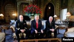 川普总统在他位于佛罗里达州的度假庄园马阿拉歌宣布现役陆军中将H.R.麦克马斯特(H.R. McMaster,左)出任新的总统国家安全顾问,退役陆军将军基斯·凯洛格为国安会办公厅主任(2017年2月20日))这些任命无需参议院确认。