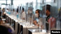Người dân Thái Lan xếp hàng chờ tiêm chủng.