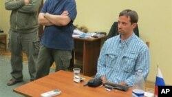 미국 대사관 3등 서기관인 라이언 포글(오른쪽)이 14일 러시아 연방보안국에서 스파이 혐의로 조사를 받았다. 러시아 연방보안국 제공 사진.