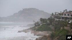 Sóng đập vào bờ biển Los Cabos, Mexico, ngày 14 tháng 9, 2014.
