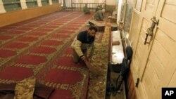 مسجد در کشمیر تحت ادارۀ هند که در خارج آن انفجاری رخ داد و یکتن از رهبران میانه روی جدایی طلب را به قتل رسانید.