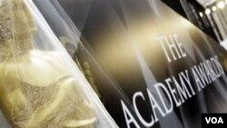 Patung Oscar di depan lokasi penghargaan Academy Awards di Kodak Theater, masih dibungkus rapat dengan plastik, Jumat (25/2).