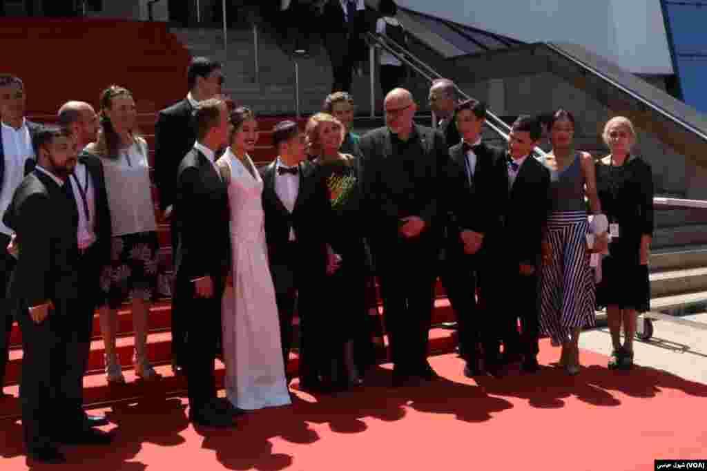 برخی عوامل فیلم ها برای دیدار دوباره با هوادارانشان بر روی فرش قرمز در حاشیه کاخ جشنواره