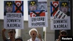 11일 한국의 보수단체 회원들이 경기도 파주시 임진각에서 북한의 지뢰 도발을 규탄하는 시위를 벌이고 있다.