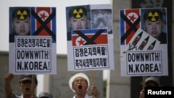 南韓抗議人士高舉標語牌
