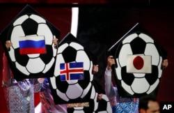 Bendera Rusia, Islandia dan Jepang, terpampang di lembaran dalam penarikan undian turnamen sepak bola Piala Dunia 2018, di Kremlin, Moscow, 1 Desember 2017.