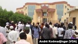 Les retraités et veuves civils et militaires manifestant devant leur caisse à N'Djamena, le 13 avril 2017. (VOA/André Kodmadjingar)