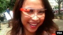 Mencoba Google Glass (VOA/Ade Astuti).