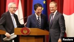 Премьер-министр Японии Синдзо Абэ (в центре), председатель Европейского совета Дональд Туск и председатель Европейской комиссии Жан-Клод Юнкер (слева). Токио. 17 июля 2018 г.