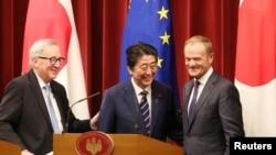 Прем'єр-міністр Японії Сіндзо Абе, президент Європейської комісії Жан Клод Юнкер та голова Європейської ради Дональд Туск