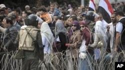 埃及反穆巴拉克的抗议者在胜利广场上示威