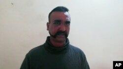 Pakistan düşürülen Hint savaş uçağı pilotunun bugün Hindistan'a iade edeceğini duyurdu.