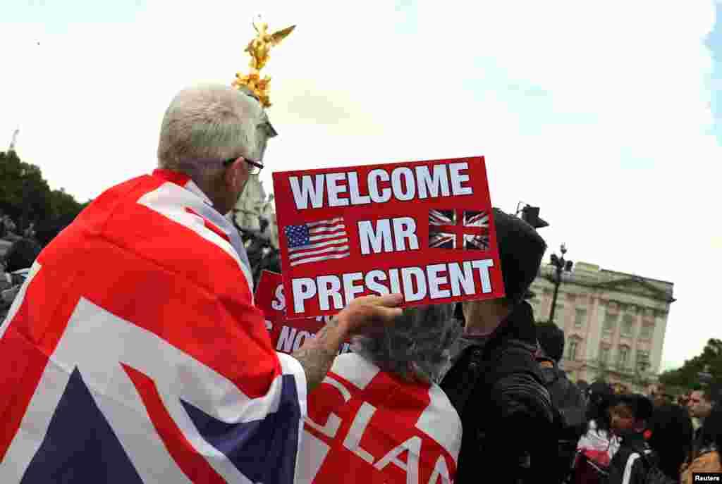 Лондонцы собрались перед Букингемским дворцом во время визита президента США Дональда Трампа и первой леди Мелании Трамп. Лондон, 3 июня 2019.