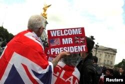 Orang-orang menunggu di depan Istana Buckingham saat Presiden Trump dan istrinya, Melania, berkunjung.