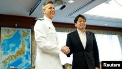 미국의 필립 데이비드슨 인도태평양 사령관(왼쪽)과 오노데라 이쓰노리 일본 방위상이 21일 도쿄 방위성에서 만나 악수하고 있따.