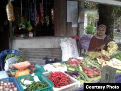 Ibu Aula, Siti Narimah atau Mak Cut sedang berdagang sayur (dok: Aula)
