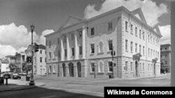 Perpustakaan pertama Charleston yang digunakan tahun 1792-1835 sebelum dipindahkan ke tempat baru. Bangunan ini sekarang digunakan sebagai gedung pengadilan kota Charleston (Foto: wiki).