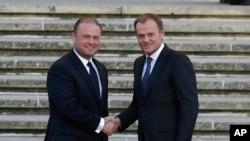 Le Premier ministre maltais Joseph Muscat (à gauche), accueille le président du Conseil européen Donald Tusk , à l'occasion d'un sommet sur la migration à La Valette , Malte , le mardi 10 novembre 2015. (Photo AP / Antonio Calanni )
