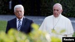 Le président palestinien Mahmoud Abbas et le pape François (Reuters)