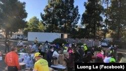 """Các tình nguyện viên đóng gói thực phẩm phân phát cho cư dân người Việt tại sự kiện từ thiện """"Gives Back: Tet Food Distribution"""" tại Reaching Out Center, San Jose, California, ngày 6 tháng 2, 2021. (Hình: Facebook Luong Le)"""