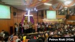 Doa bersama lintas iman di GKI Diponegoro, mendoakan Surabaya aman dan masyarakat berani melawan terorisme (foto VOA-Petrus Riski)
