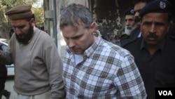 Polisi Pakistan mengawal Raymond Daviskeluar dari pengadilan di Lahore, Jumat (1/28).