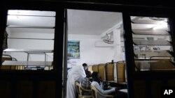 Un cybercafé à Dakar, Sénégal, le 10 août 2006.