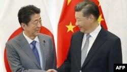 Perdana Menteri Jepang, Shinzo Abe dalam pertemuan dengan Presiden China Xi Jinping di Vladivostok, Rusia dalam forum ekonomi timur 12 September 2018 lalu.