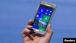 Telepon pintar Samsung ATIV S yang menggunakan perangkat lunak Microsoft baru diluncurkan di Berlin. (foto: Reuters/Thomas Peter)