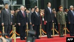 Từ trái: Tổng thư ký ASEAN Surin Pitsawan, Bộ trưởng Quốc phòng Mỹ Robert Gates, Bộ trưởng Quốc phòng Thái Lan Prawit Wongsuwon, Bộ trưởng Quốc phòng Singapore Teo Chee Hean, Phó Bộ trưởng Quốc phòng Nga Nikolai Makarov và Bộ trưởng Quốc phòng Philippines
